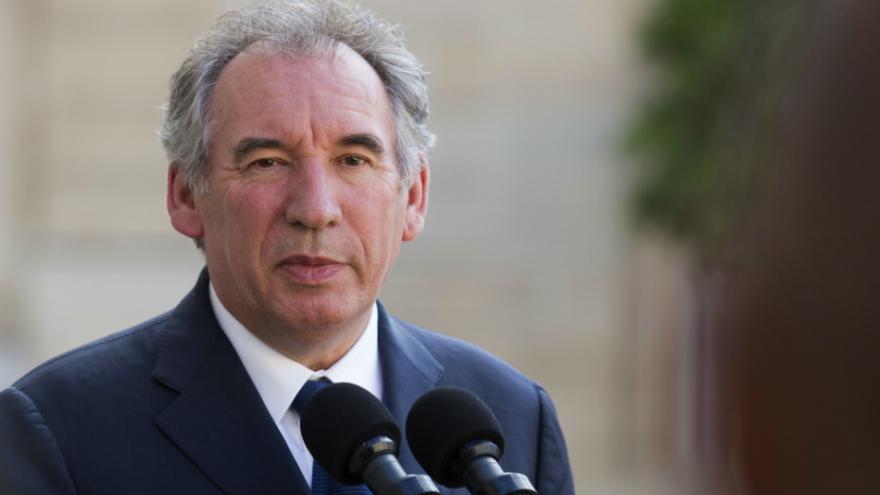 Bayrou : «derrière» Macron il y a «de très grands intérêts financiers»