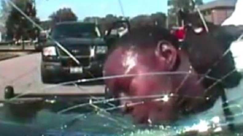 VIDEO. Un policier brise la vitre de son véhicule avec la tête d'un suspect interpellé
