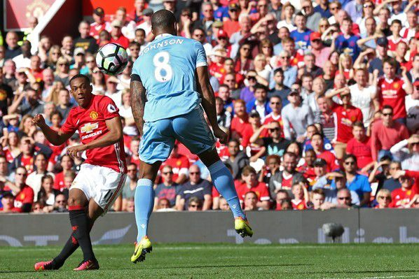 Angleterre: Manchester City chute, United coince