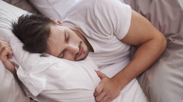 Dormir du côté droit du lit rendrait grognon