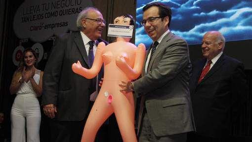 Chili: une poupée gonflable offerte à un ministre