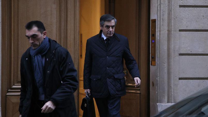 Fillon cherche à reprendre la main, Bayrou réclame son retrait