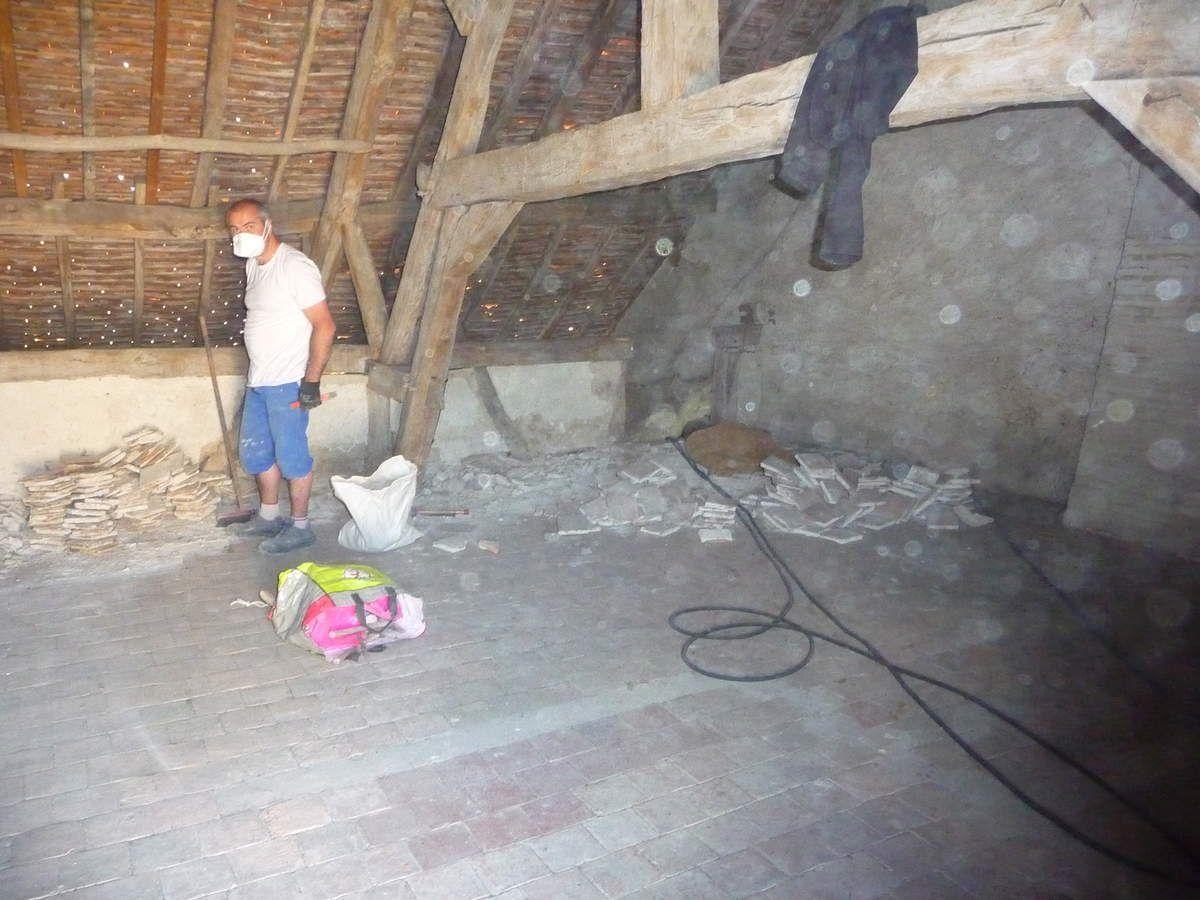 Enlèvement des tomettes au dessus de l'ancienne cuisine (Avril 2014)