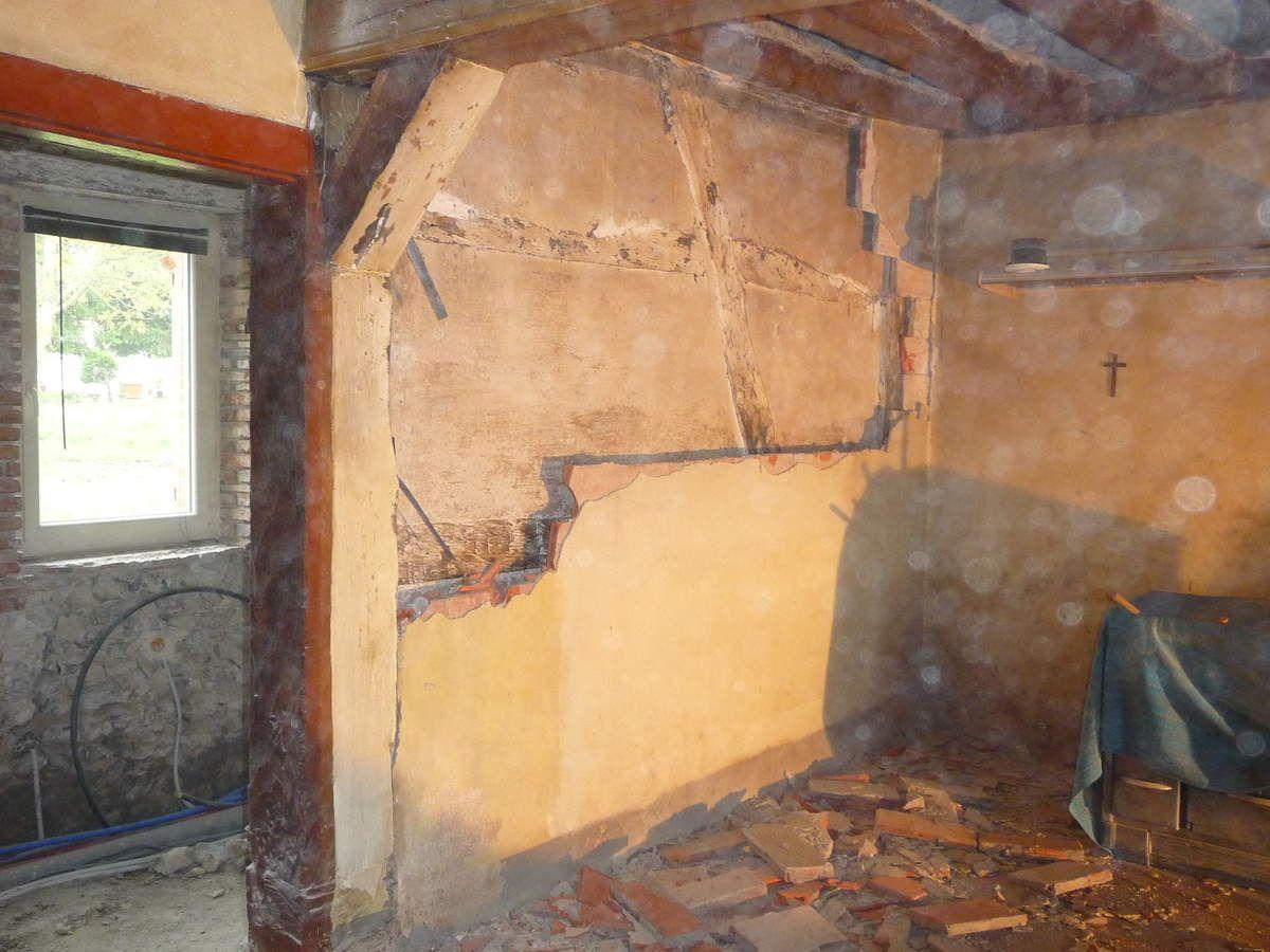 Piquetage des murs de séparation entre la cuisine et le local de service (Avril 2014)