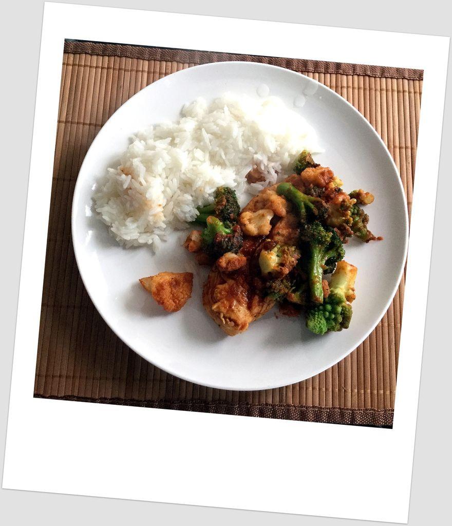 Poulet au Curry Rouge, Choux Variés et Riz