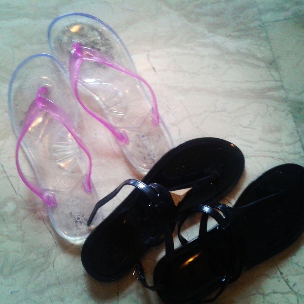 Les sandales en plastique pour la mousson