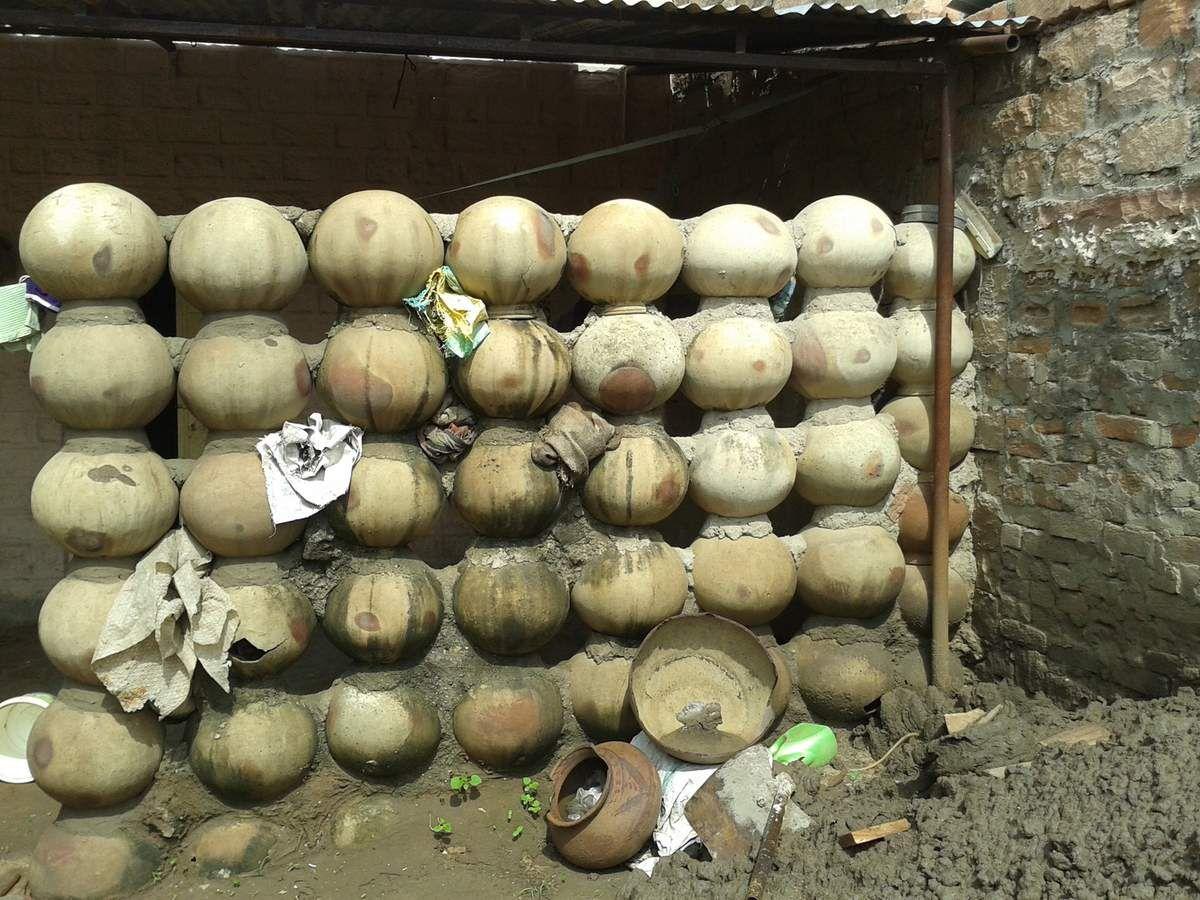 Les poteries cassées sont réutilisées, pour construire un mur par exemple