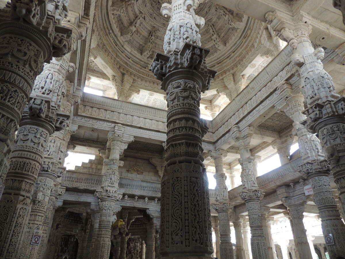 Les colonnes du temple de Chaumukha