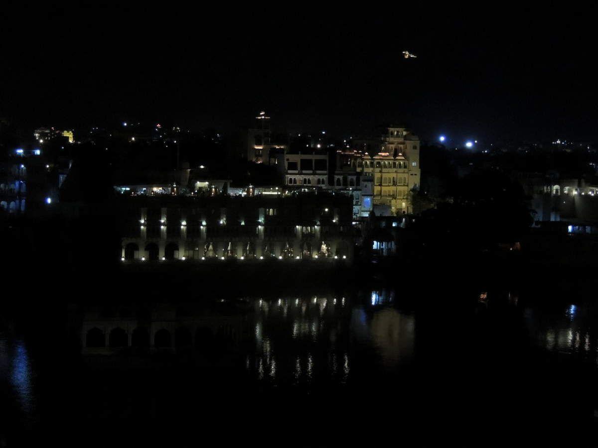 Vue sur le lac la nuit