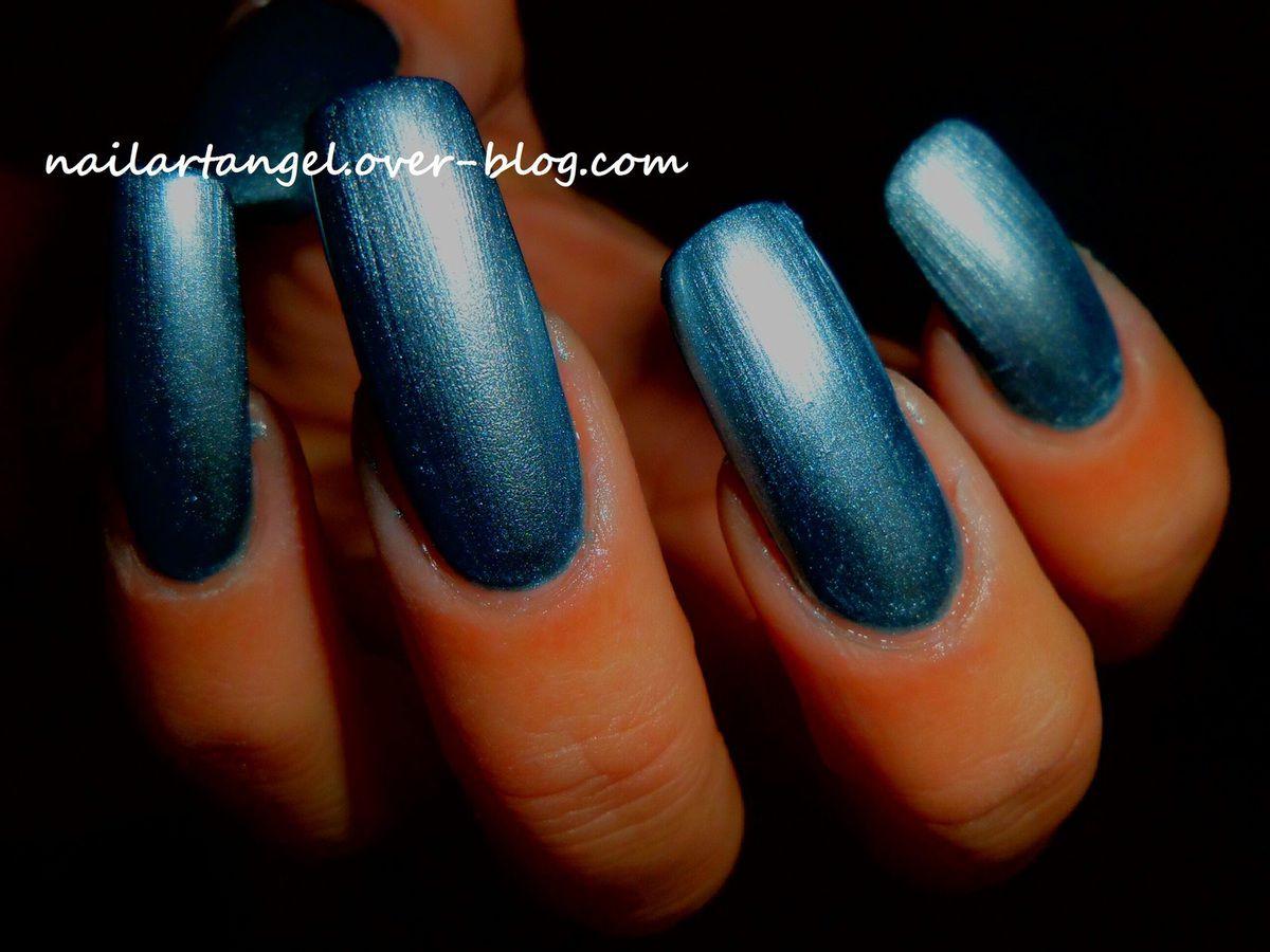 manucure bleu métallique, vernis COMSMOD PARIS