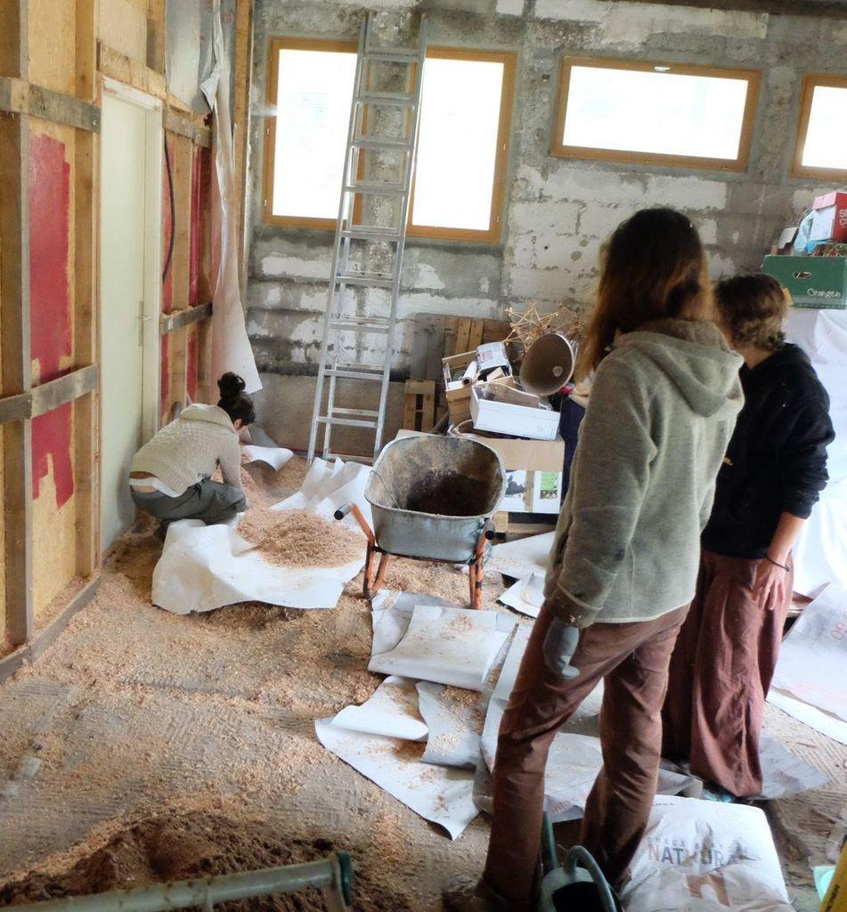 A côté de nous, un groupe aménage l'atelier et Auréle prépare des panneaux