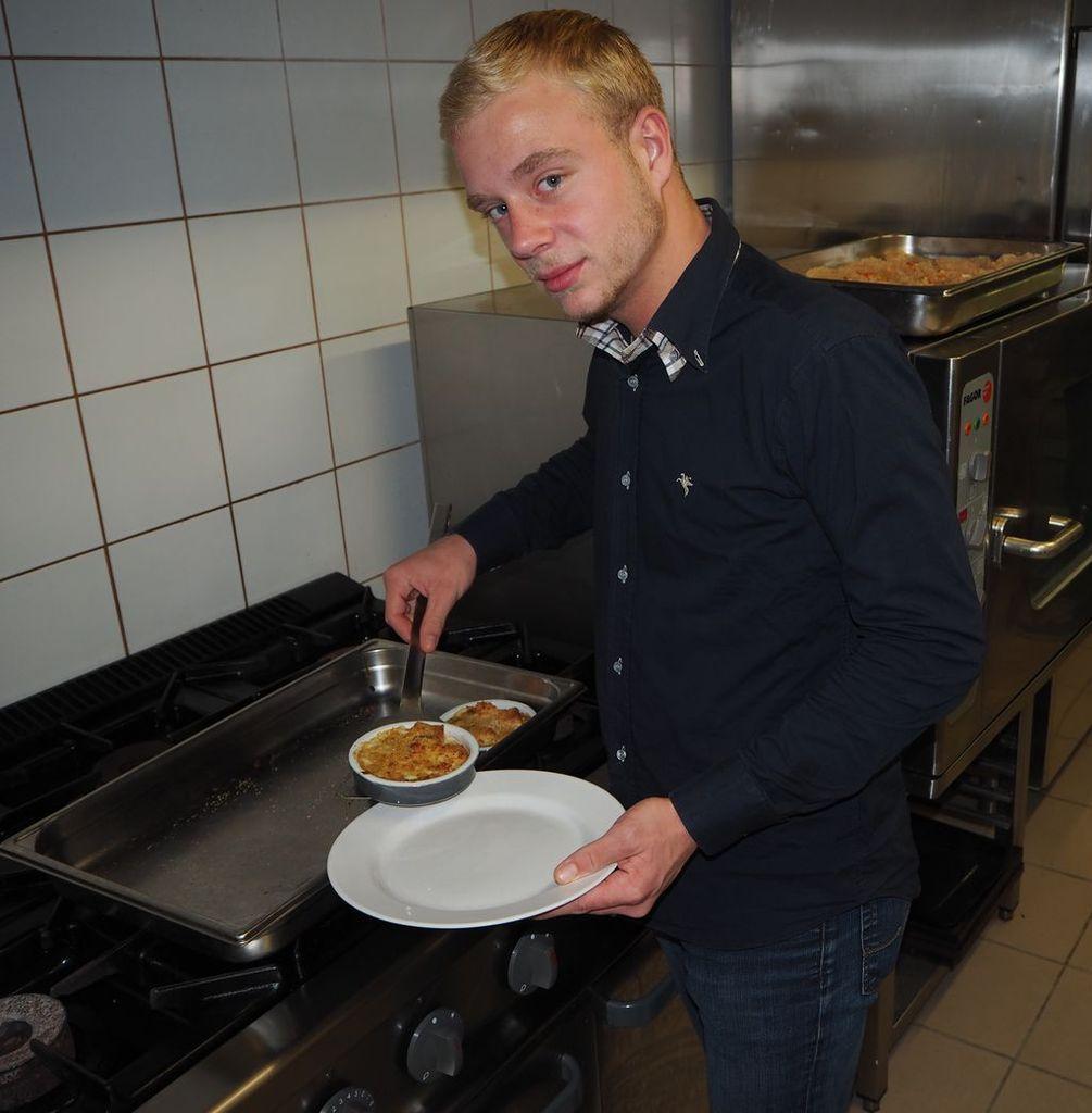 Quentin, chantier jeunes fait le service pendant le repas des Ainés