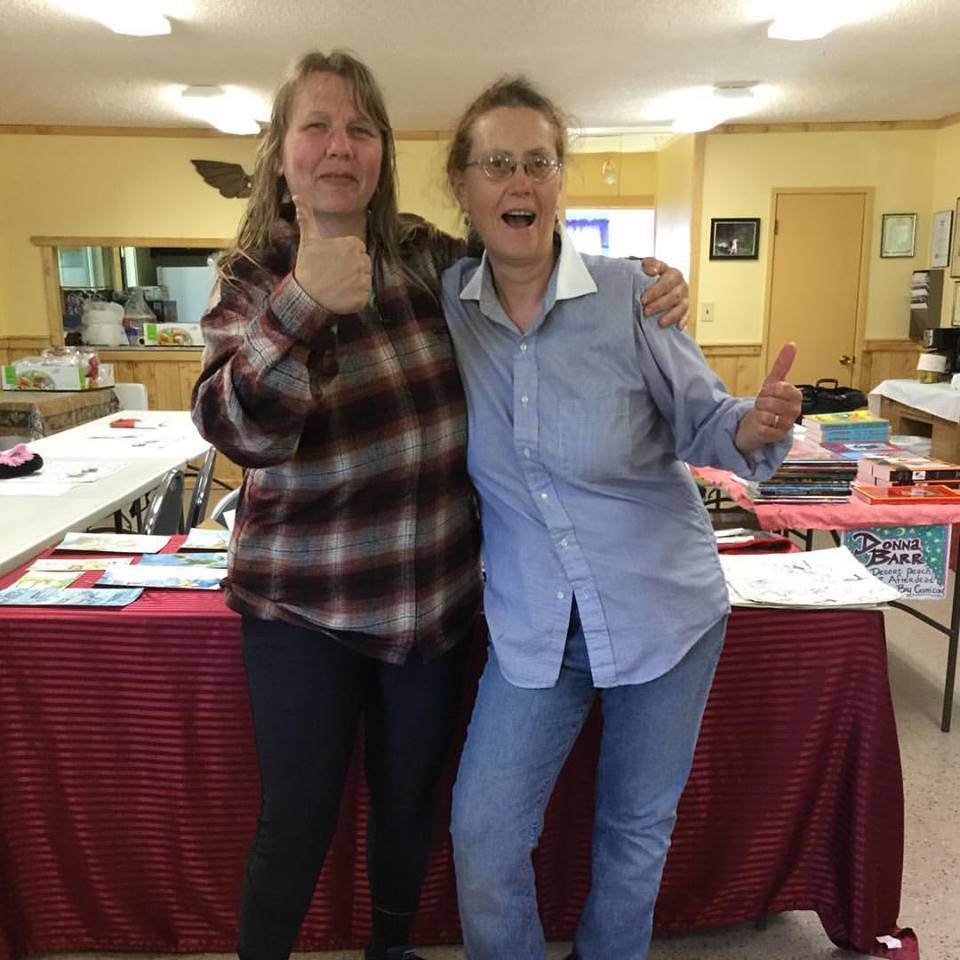 Diana Kennedy au Clallam Bay Comicon avec une autre artiste