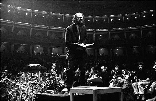 Allen Ginsberg,  photographed by John Hopkins. Source : The Guardian.