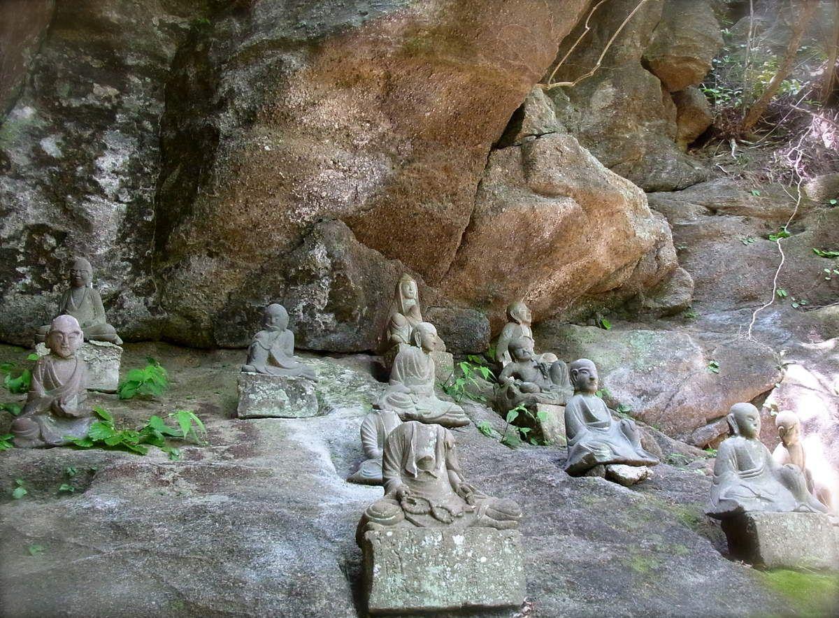 puis c'est la promenade des escaliers (descendants qu'il faudra remonter héhé !) sous le regard bienveillant et encourageant de petites statues bouddhiques