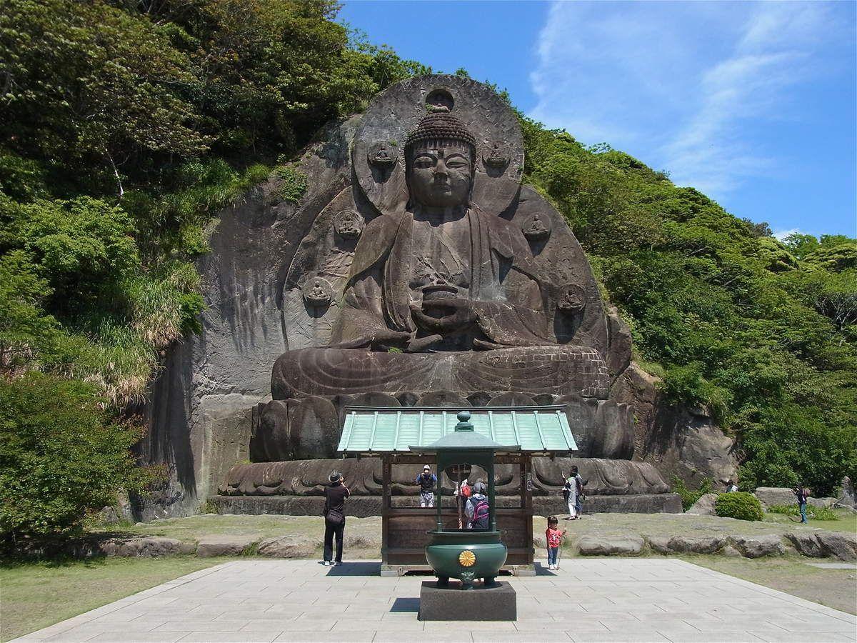 jusqu'au plus grand bouddha de pierre du pays (31m) !