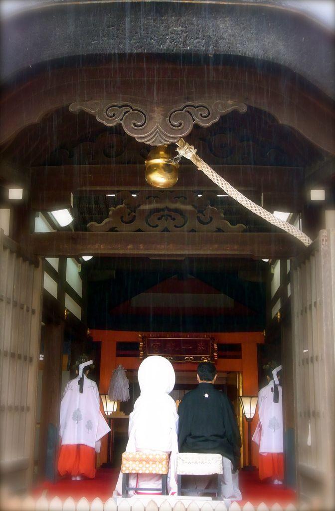 Derrière le rideau de pluie, cérémonie et échange d'alliances.