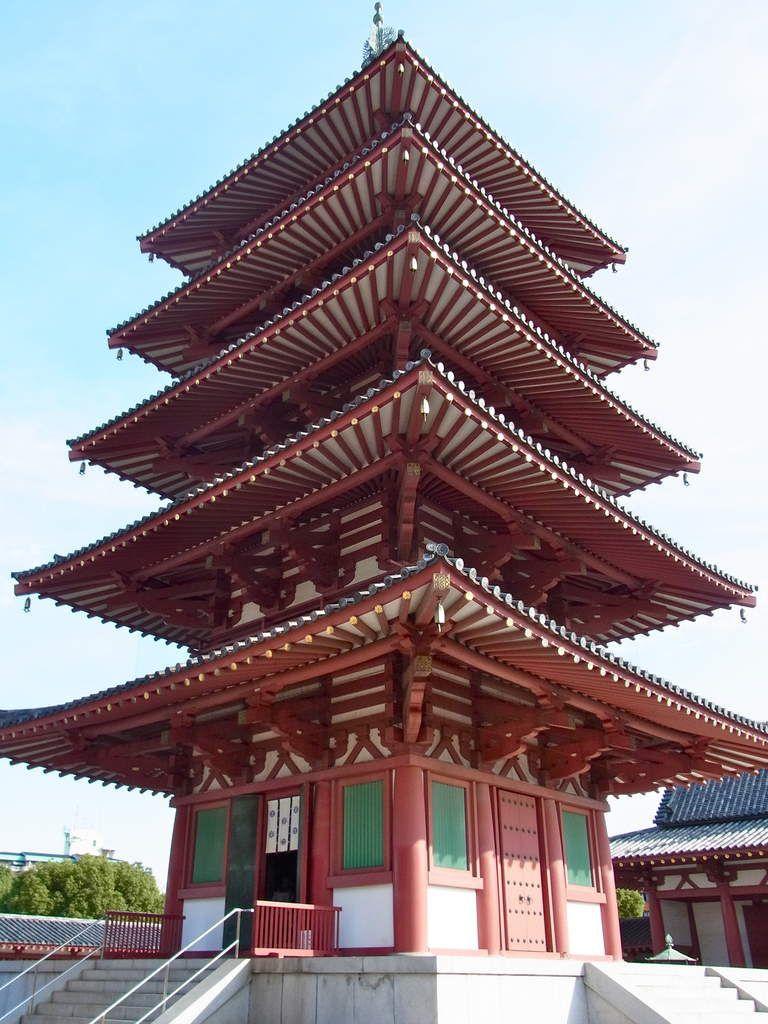 La tour pagode à 5 niveaux. On peut même y monter par un raide escalier en colimaçon assez fatigant. Mais en haut, tout est fermé et on ne voit quasiment rien du paysage extérieur :(   Histoire de faire un peu de sport donc, et faire piquer un fou rire à vos jambes. En effet, lorsque l'on a les jambes qui tremblent après une descente astreignante à pied, les Japonais disent : Ashi ga walau (J'ai les jambes qui rient). Ce qui m'est arrivé.