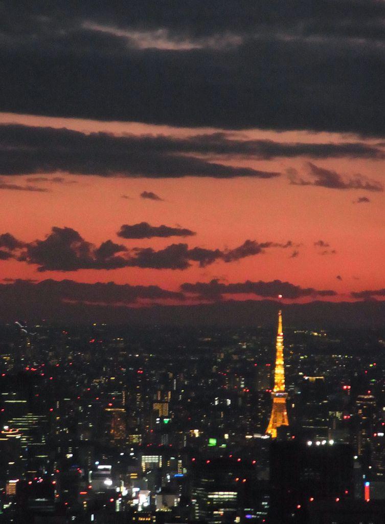 """Au loin, la """"petite"""" tour de Tokyo dépassant de quelques mètres notre tour Eiffel qu'elle avait prise pour modèle, plus assez haute pour radiodiffuser sur Tokyo"""