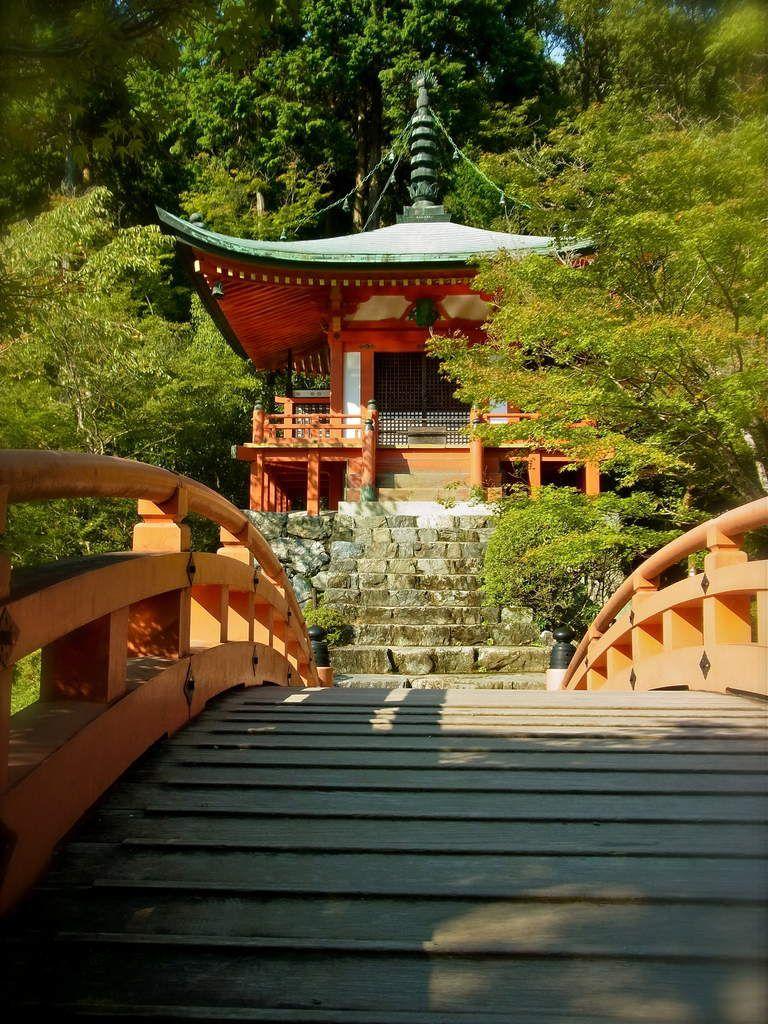 Le pont, puis un escalier mènent à un petit autel où l'on peut joindre ses mains en prière devant, comme souvent au Japon, une porte fermée cadenassée!