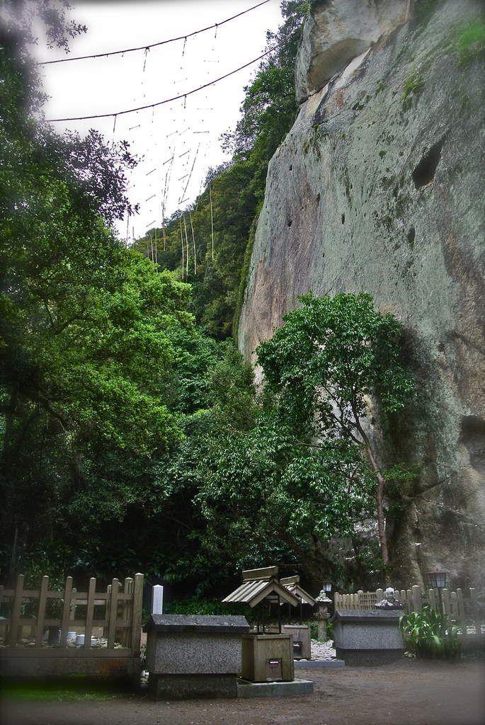 Le rocher-sanctuaire Hana no Iwaya à partir duquel sont tendues des cordes sacrées