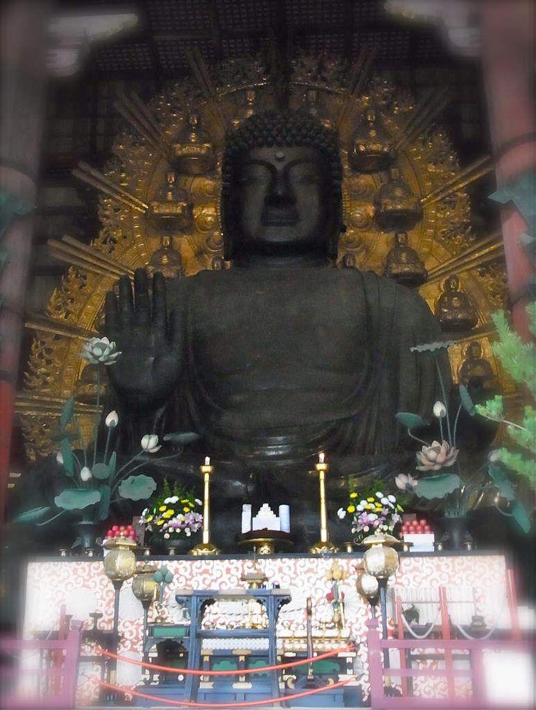 Je trouve Kawaii (mignons) les petits bouddhas assis sur la grande auréole qui l'entoure...