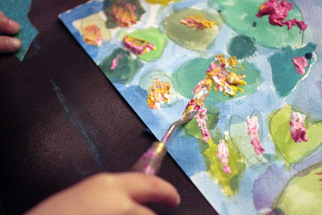 La peinture à l'acrylique : utilisation du couteau pour réaliser les fleurs des nymphéas
