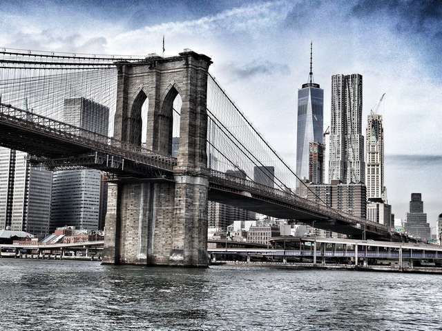 Image of Brooklyn Bridge can be one of the most memorable elements of New York themed wedding party