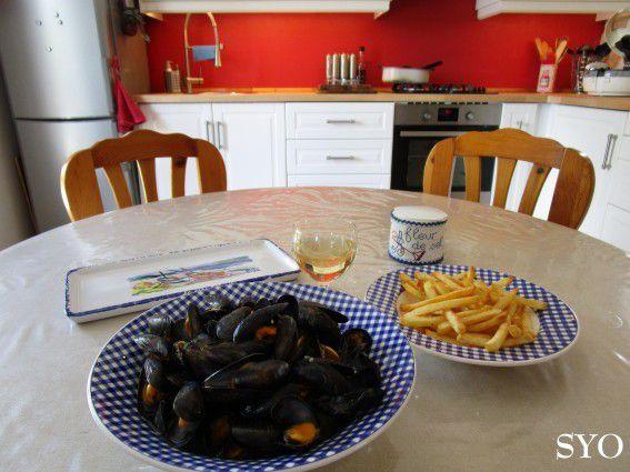 Potinages entre amis l 39 art de manger les moules comme en for Que manger entre amis