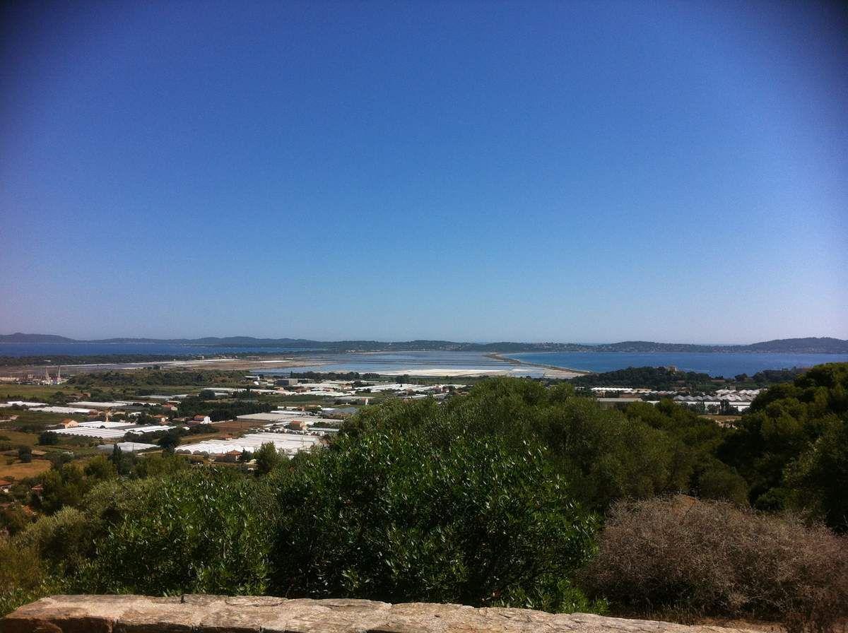 Vue de la Presqu'île de Giens (magnifique double tombolo), avec la Route du sel longeant la mer Méditerranée à droite - Notre-Dame-de-Constellation - Thomas ROGER DEVISMES