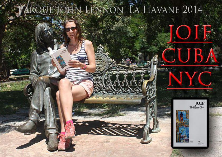 """Premier Roman """"JOIF ou AVANIE à LA HAVANE"""" auto-édité en 2011&#x3B; ici pris en photo avec une de ses lectrices à La Havane près de la statue de John Lennon en 2014 après le festival """"Hoy Cuba"""" à Toulouse."""