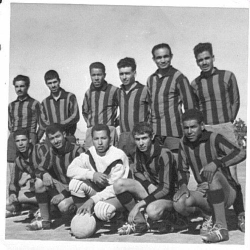 Si Tahar rahimahou Allah debout à l'extrème droite du temps ou ,il était joueur avec le RCL EN 1959-60..