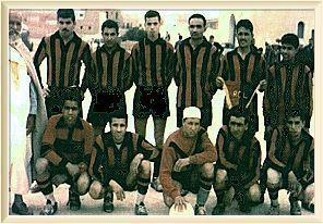 Si Hamza debout en habits traditionnels ,ici avec le RCL en 58-59.Un supporteur unique en son genre Allah yarehmou!