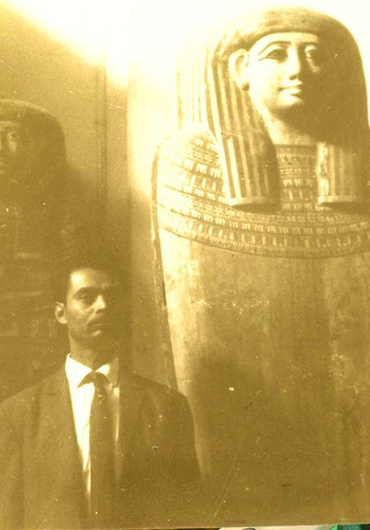Photo représentant Hadj Aek Nouar au musée du Pharon au Caire en 1966.