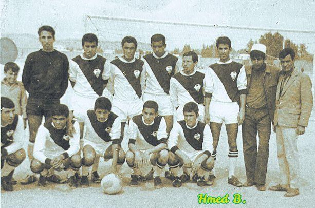 Séléction de Laghouat portant le maillot de la JSML.  Debout de Gauche à Droite &#x3B;Le jeune Ziregue,Khalifa,Benhaouech,Allali ,Benacer,Mansouri,Sahraoui,Chaoui Med ,Attallah Lachkem. Accroupis &#x3B;Bahmidi ,Bentahar,Moulai,Ferhat,Rouane .Sur cette photo il manque,Bensalem et cheraier  qui faisait partie du groupe.(Allah yarham al amouat .)