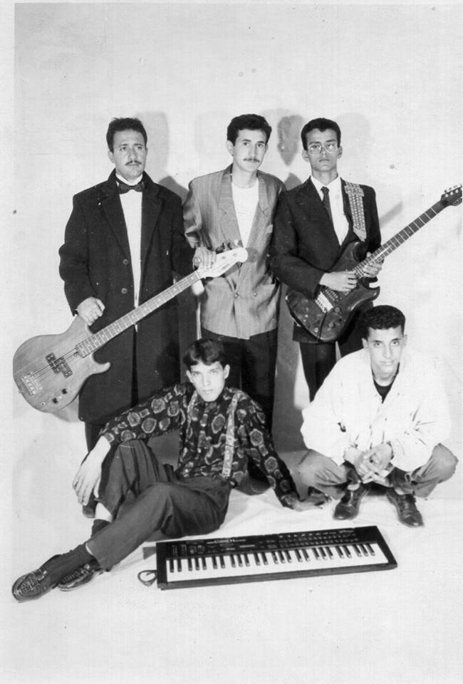 Le groupe ROOTS en 1991&#x3B; debout de g. à dr. : Cheikh Ali Takhi - M'hamed Gourine - Aissa Moulai  Accroupis : Mustapha Hamdi et Mohamed Benzoubir.