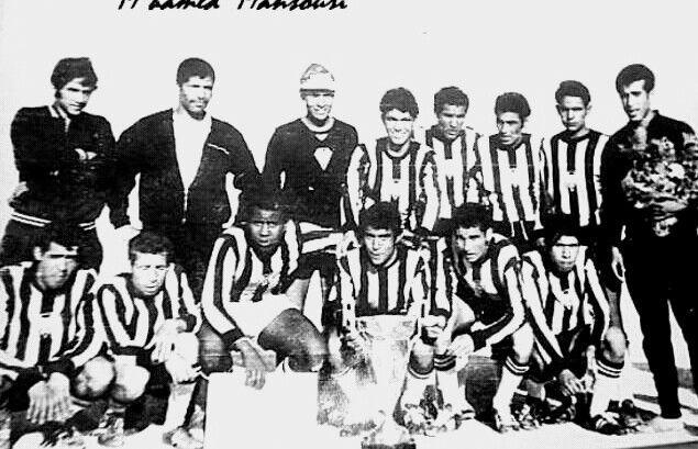 La grande équipe de la JSML fin des 60's début des années 70's.Si Bachir accroupis au milieu Allah yarehmou wa yarham amouat al mouslimine.m
