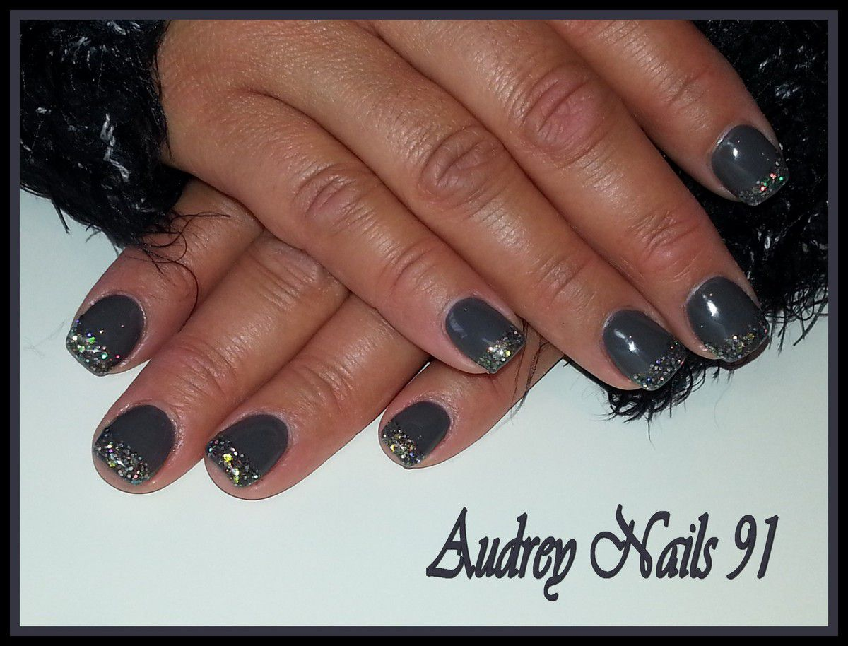 Gel de couleur grise (asphalt grey)+ french pailletée (aurora pewter)