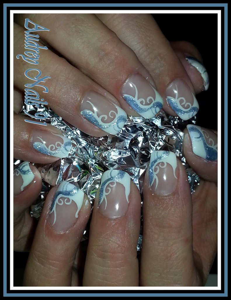 Nail art french blanche en arabesque + pailleté argent