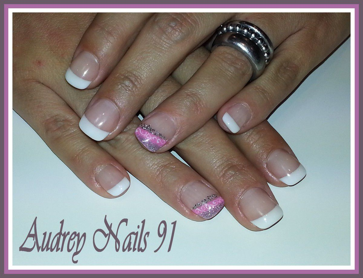 French blanche + nail art rose  argent   arabesques blanches
