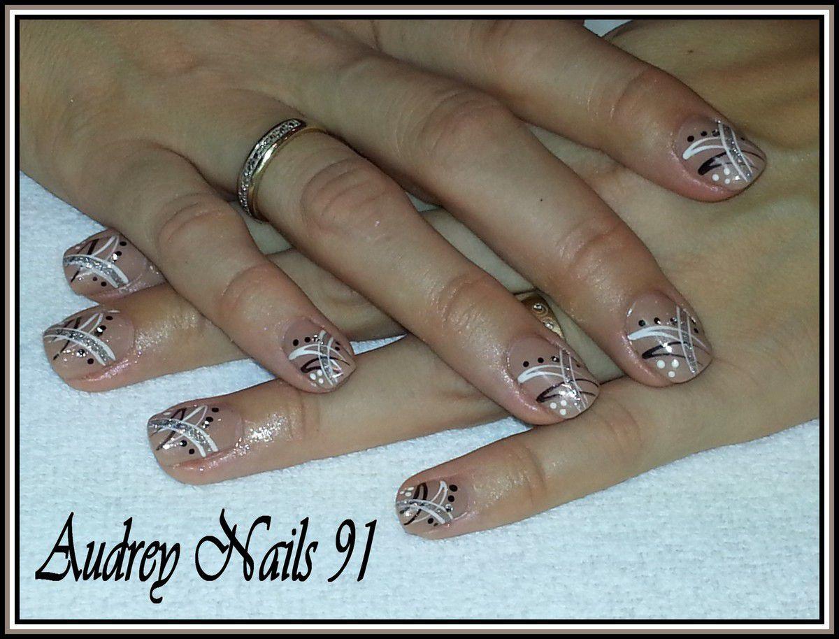 Gel de couleur naturel + nail art croisés noir, blanc et argent