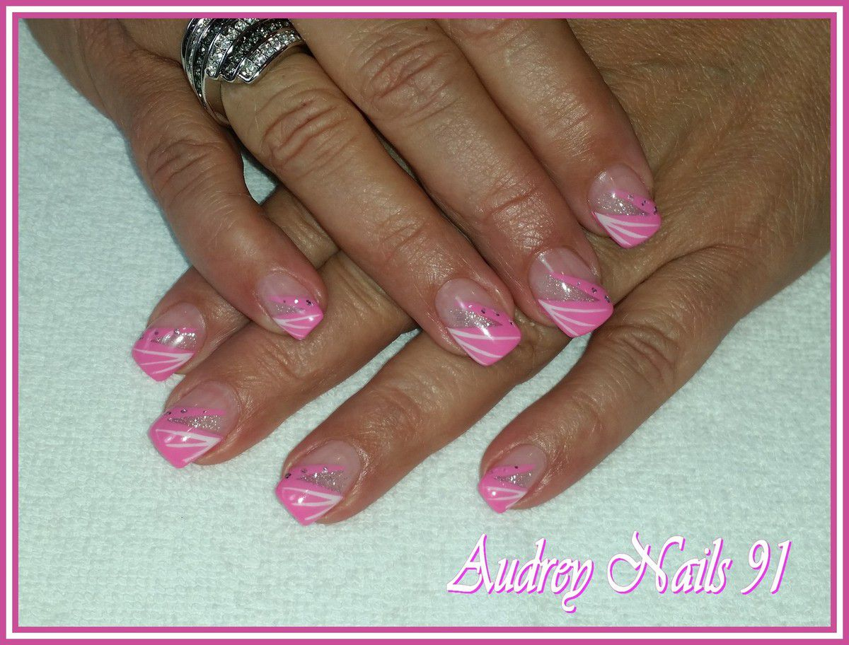 Nail art rose Barbie + liner blanc + gel pailleté argent