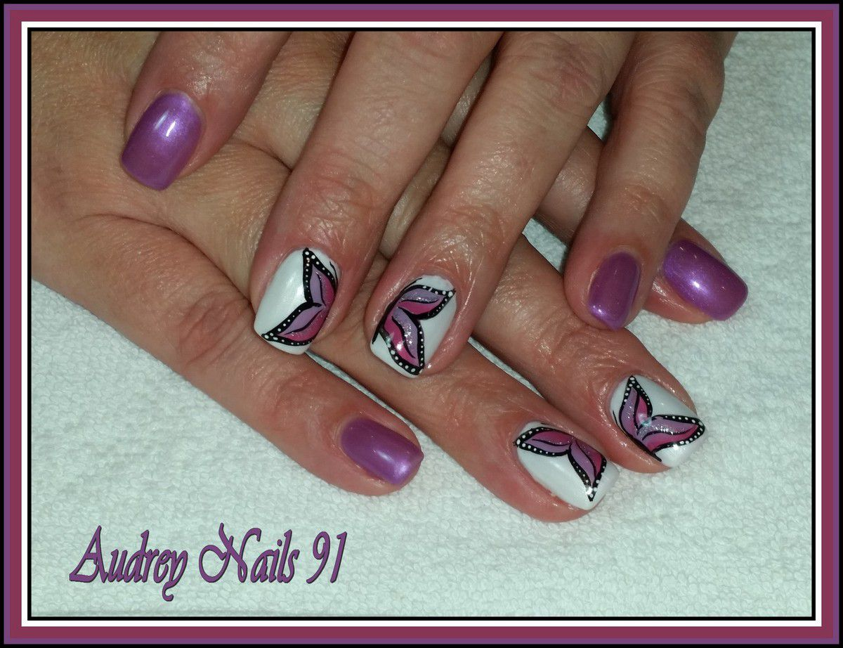 Gel de couleur purple rain et blanc nacré + nail art papillon