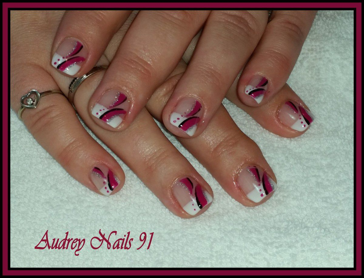 Ongle en gel french blanche deco rose for Deco noir et rose