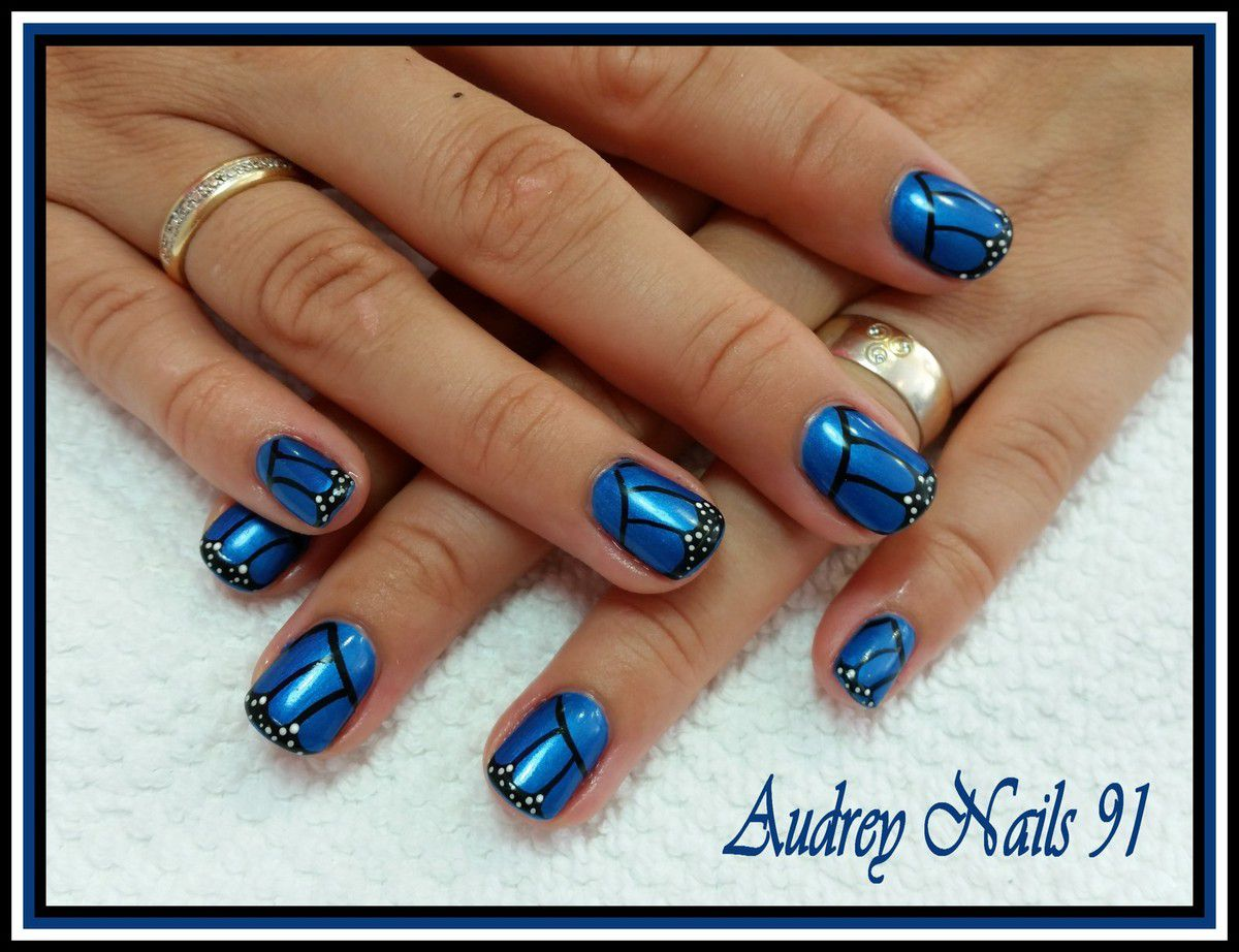 nail art ailes de papillons sur gel de couleur bleu. Black Bedroom Furniture Sets. Home Design Ideas