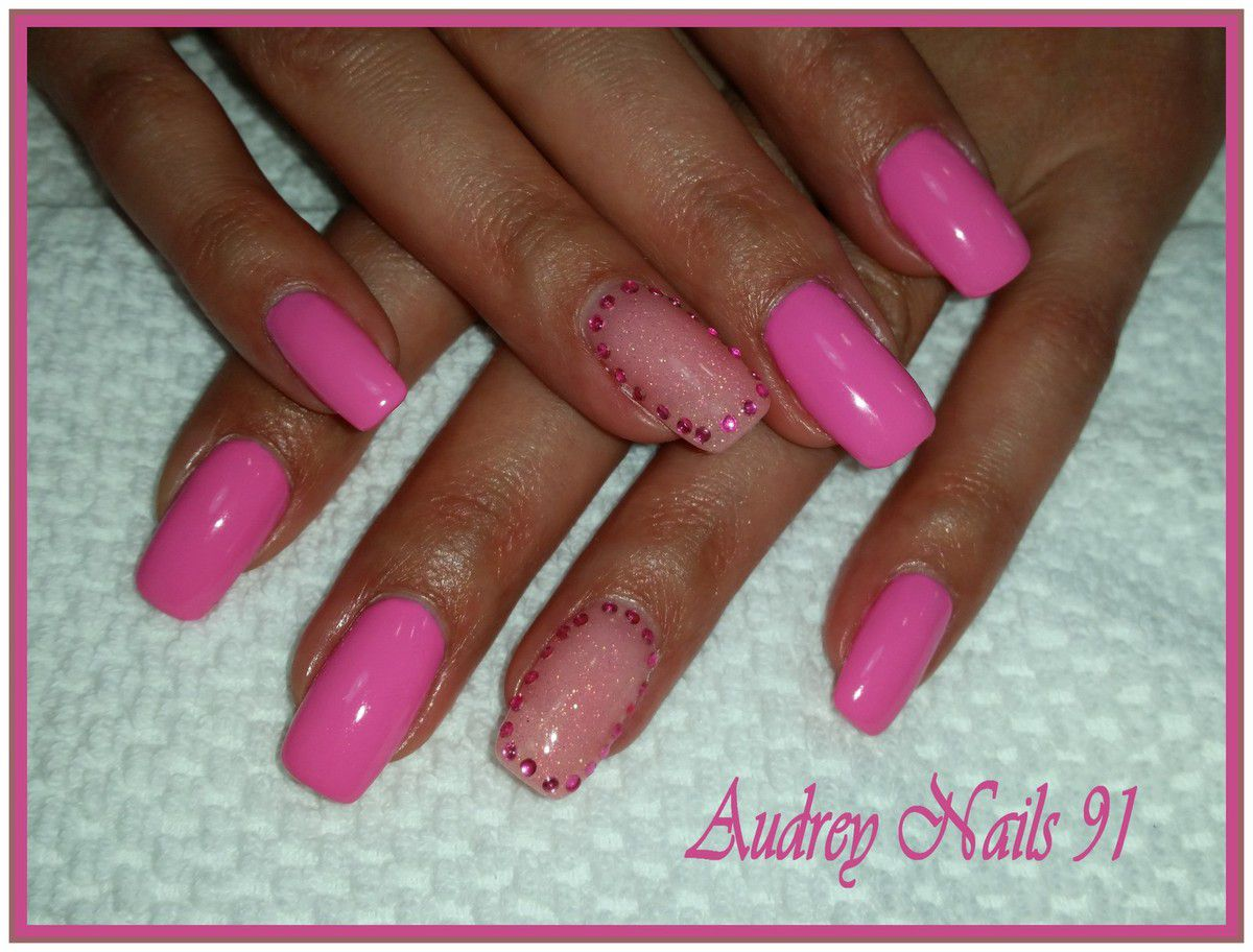 Gel de couleur rose  barbie + gel scintillant rose + strass
