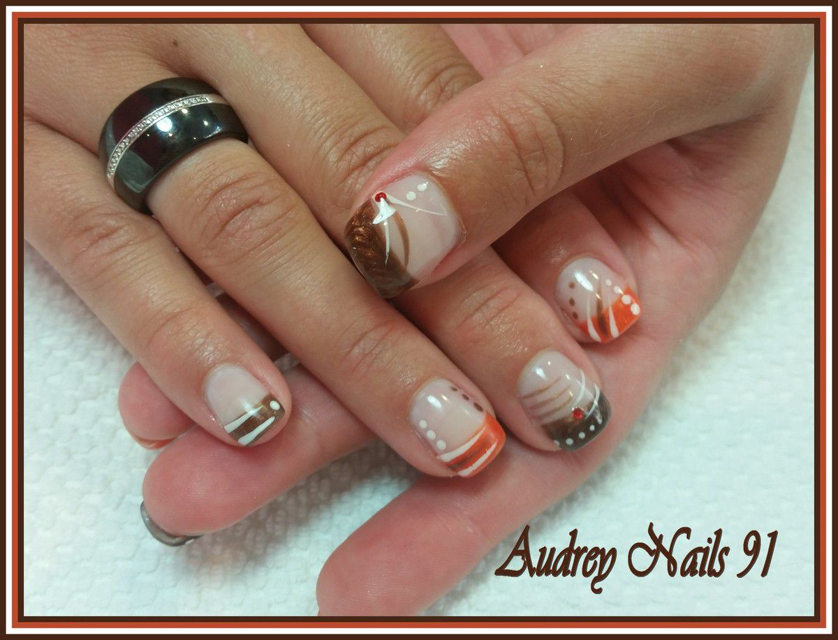 Nail art marron glacé orange et blanc