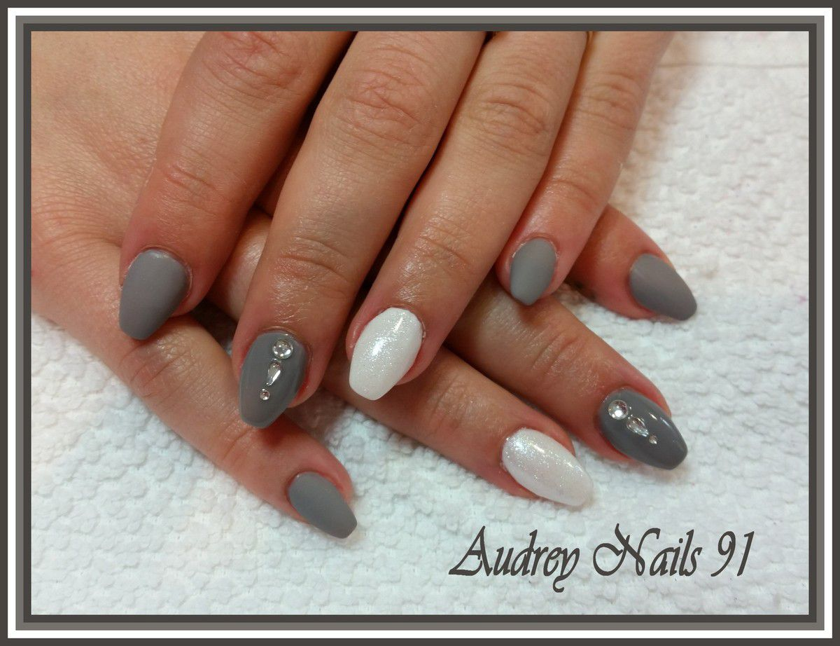 Gel de couleur gris et blanc finition mat  brillant et scintillant + strass
