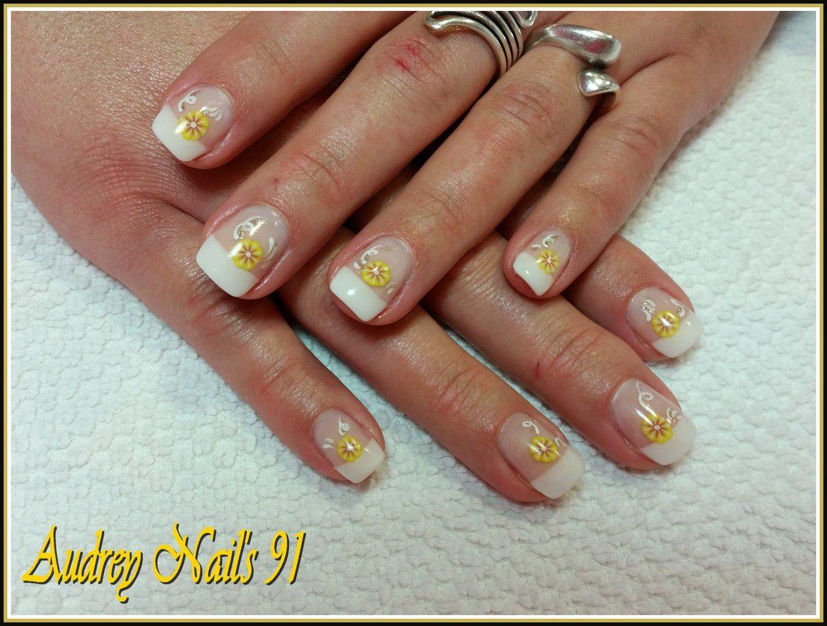 French blanche + déco fleur jaune en fimo + arabesque blanche