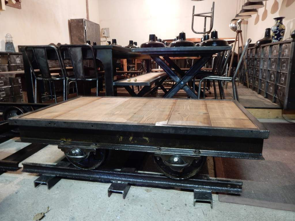 Table basse industrielle wagon ancien fer bois for Table basse fer et bois